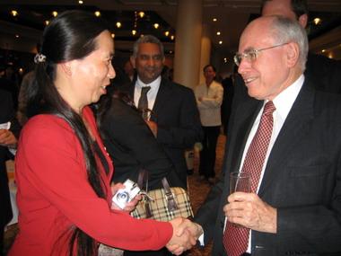 约翰·霍华德总理与笔会副会长美祉小姐零距离握手交谈。