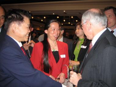 约翰·霍华德总理与笔会荣誉会长巫逖先生及美祉小姐零距离交谈。